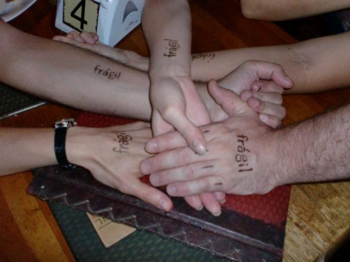 grupo fragil mit Henna Tatoo