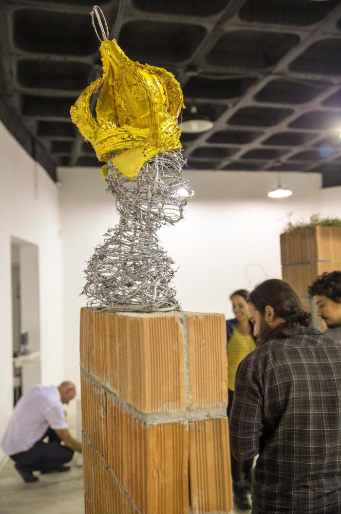 Bianka Mieskes, protecao ou prisao (Schutz oder Gefängnis), 2017, Stacheldraht, Plastik, Mauer, 240 cm x 77 cm x 29 cm