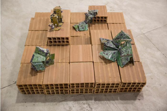 Bianka Mieskes, Digital City, 2017, Leiterplatten, Mauersteine, 43 cm x 98 cm x 97 cm